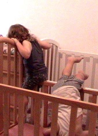 ילדים מטפסים במיטת תינוקות