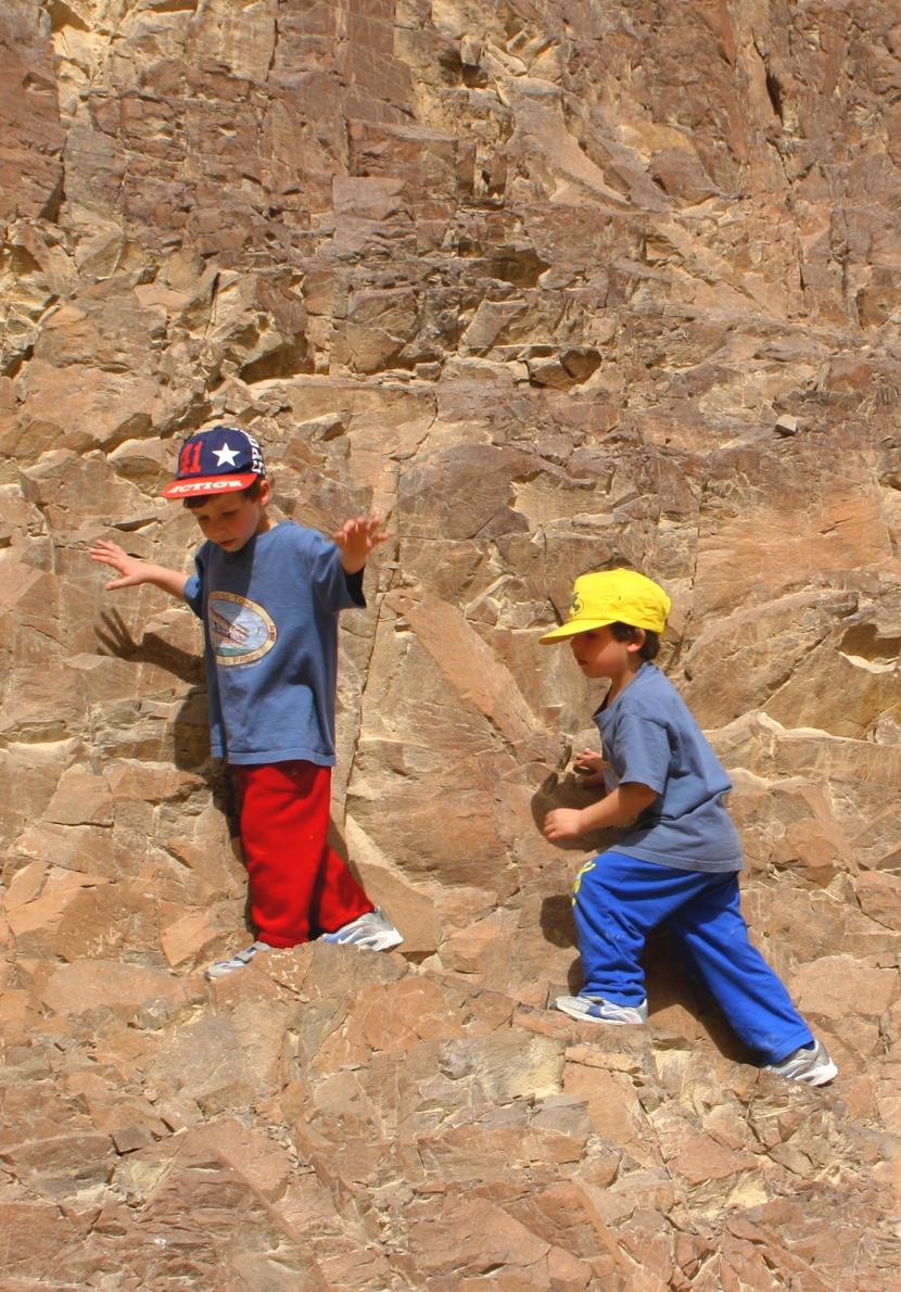 ילדים מטפסים בטבע