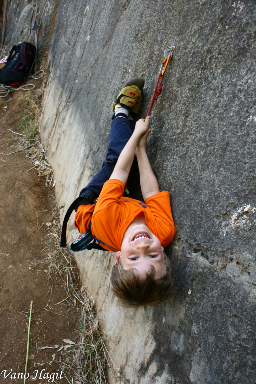 ילד נהנה לטפס