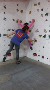 ילדה מטפסת בבולדר